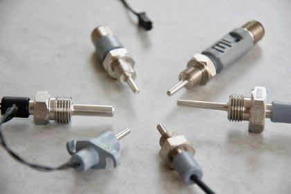 Einschraubfühler Pt100 und Pt1000, verschiedene Durchmesser, verschiedene Längen. Die Einschraubthermometer verfügen über unterschiedliche Anschlüsse.